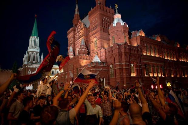 Binh sĩ Nga diễu hành dưới mưa, chân vẫn không quên đá bóng trong mùa World Cup - Ảnh 9.