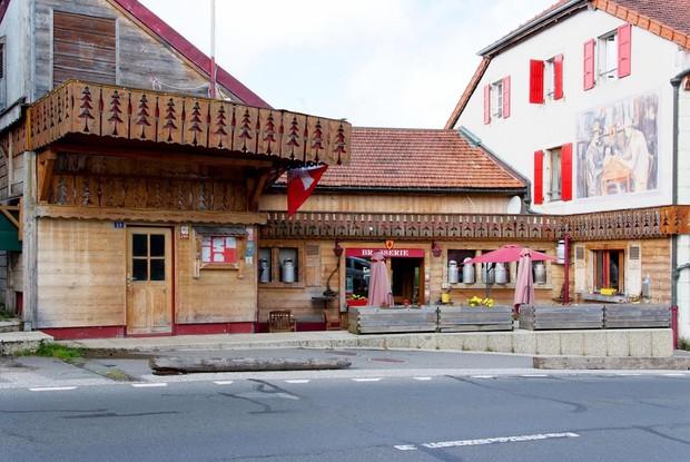 Khách sạn độc đáo nằm giữa biên giới: Khách nằm ngủ ở Thụy Sĩ nhưng lại phải sang Pháp đi vệ sinh - Ảnh 1.