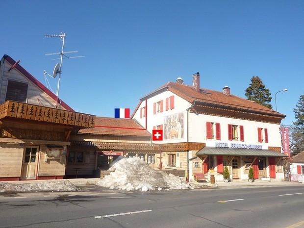 Khách sạn độc đáo nằm giữa biên giới: Khách nằm ngủ ở Thụy Sĩ nhưng lại phải sang Pháp đi vệ sinh - Ảnh 2.