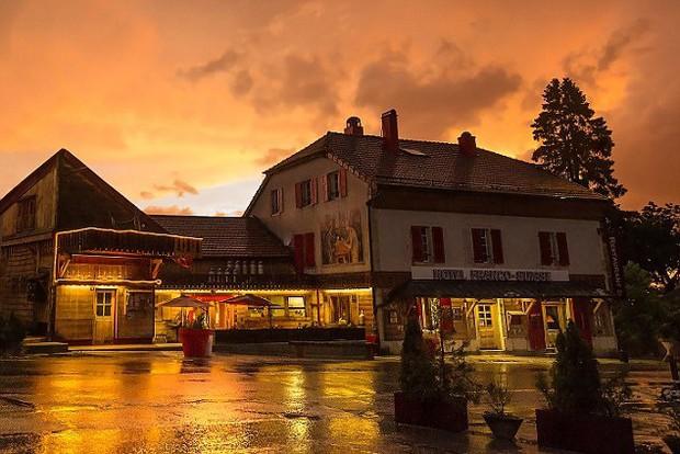 Khách sạn độc đáo nằm giữa biên giới: Khách nằm ngủ ở Thụy Sĩ nhưng lại phải sang Pháp đi vệ sinh - Ảnh 6.