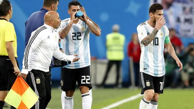 Hé lộ chi tiết cuộc nói chuyện giữa Messi và HLV Sampaoli ở World Cup 2018 - Ảnh 1.