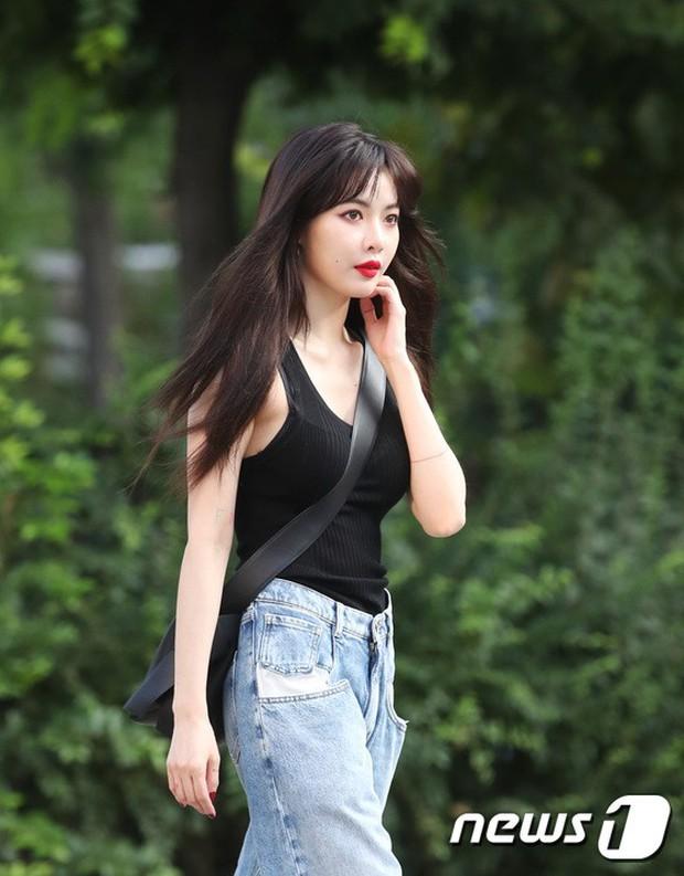 Quân đoàn mỹ nam mỹ nữ Kpop đổ bộ: Hyuna bỗng xinh bật lên so với dàn nữ thần, idol lộ vòng 3 vì mặc quần cũn cỡn - Ảnh 2.