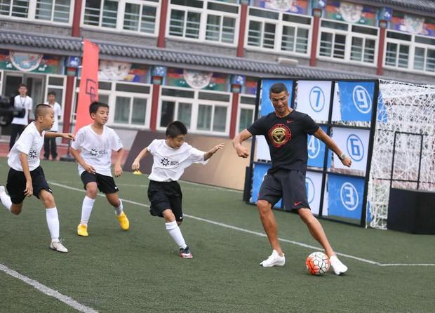 Ronaldo gây náo loạn ở Trung Quốc, một fan nhí khóc ngất - Ảnh 8.