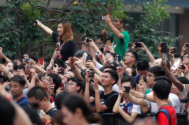 Ronaldo gây náo loạn ở Trung Quốc, một fan nhí khóc ngất - Ảnh 5.