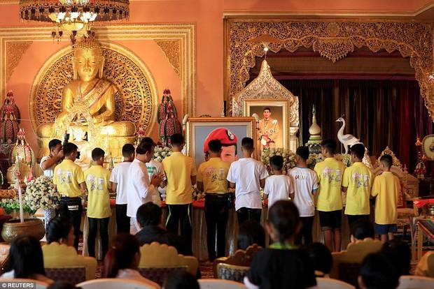Sau ngày ra viện, đội bóng nhí Thái Lan đi chùa để cầu nguyện cho người thợ lặn đã mất khi giải cứu các em - Ảnh 1.