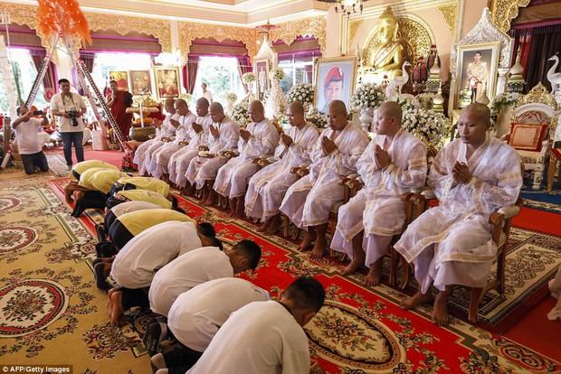 Sau ngày ra viện, đội bóng nhí Thái Lan đi chùa để cầu nguyện cho người thợ lặn đã mất khi giải cứu các em - Ảnh 4.