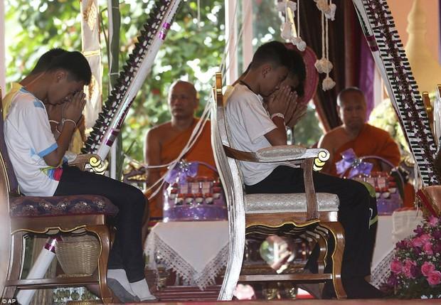 Sau ngày ra viện, đội bóng nhí Thái Lan đi chùa để cầu nguyện cho người thợ lặn đã mất khi giải cứu các em - Ảnh 7.