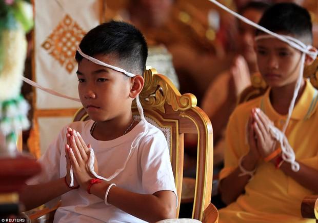 Sau ngày ra viện, đội bóng nhí Thái Lan đi chùa để cầu nguyện cho người thợ lặn đã mất khi giải cứu các em - Ảnh 8.