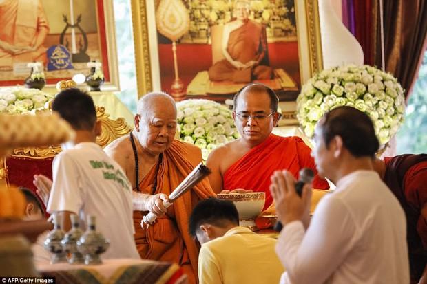 Sau ngày ra viện, đội bóng nhí Thái Lan đi chùa để cầu nguyện cho người thợ lặn đã mất khi giải cứu các em - Ảnh 5.