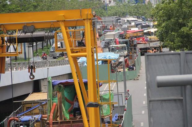 Đại lộ dài 300 năm ở Sài Gòn bị sụt lún, giao thông trục Đông - Tây bị phong tỏa nhiều giờ - Ảnh 3.