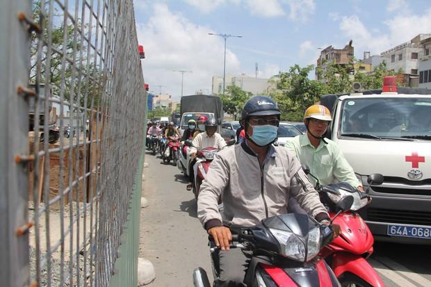Đại lộ dài 300 năm ở Sài Gòn bị sụt lún, giao thông trục Đông - Tây bị phong tỏa nhiều giờ - Ảnh 4.