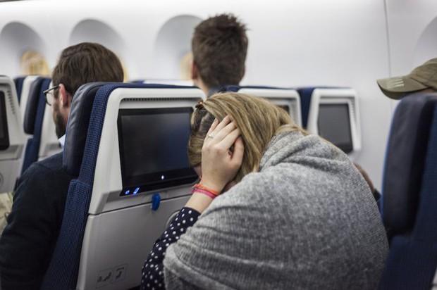 Khi máy bay hạ độ cao đột ngột mà tai lại bị chảy máu là vì sao? - Ảnh 1.