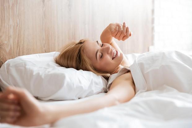 Để có một ngày mới khỏe mạnh hơn thì đây là những điều bạn nên làm vào mỗi buổi sáng - Ảnh 1.