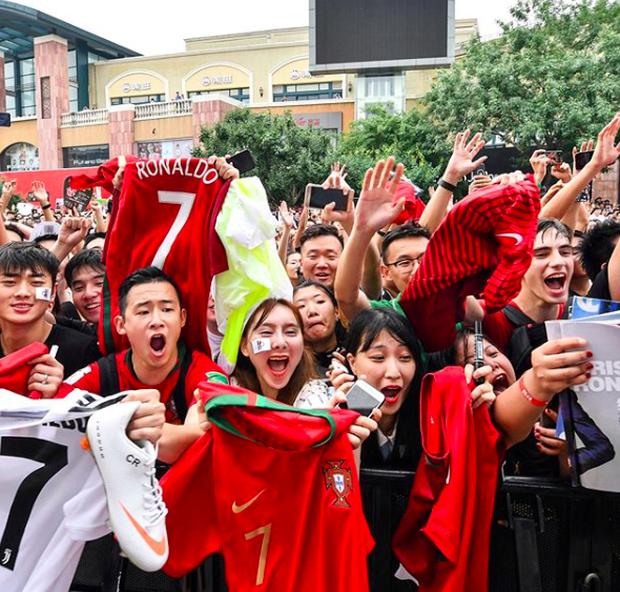 Ronaldo gây náo loạn ở Trung Quốc, một fan nhí khóc ngất - Ảnh 4.