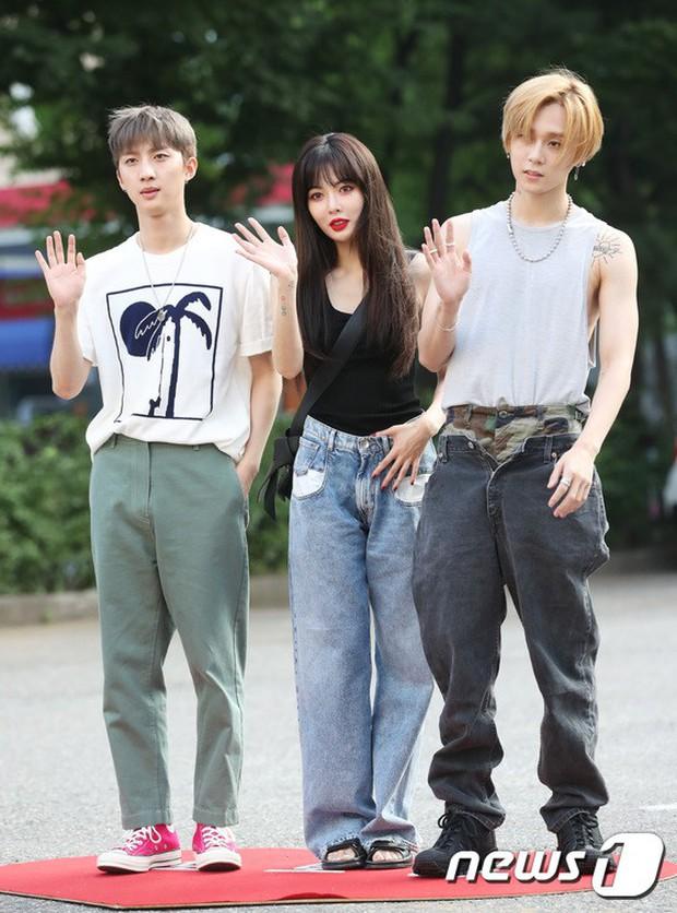 Quân đoàn mỹ nam mỹ nữ Kpop đổ bộ: Hyuna bỗng xinh bật lên so với dàn nữ thần, idol lộ vòng 3 vì mặc quần cũn cỡn - Ảnh 1.
