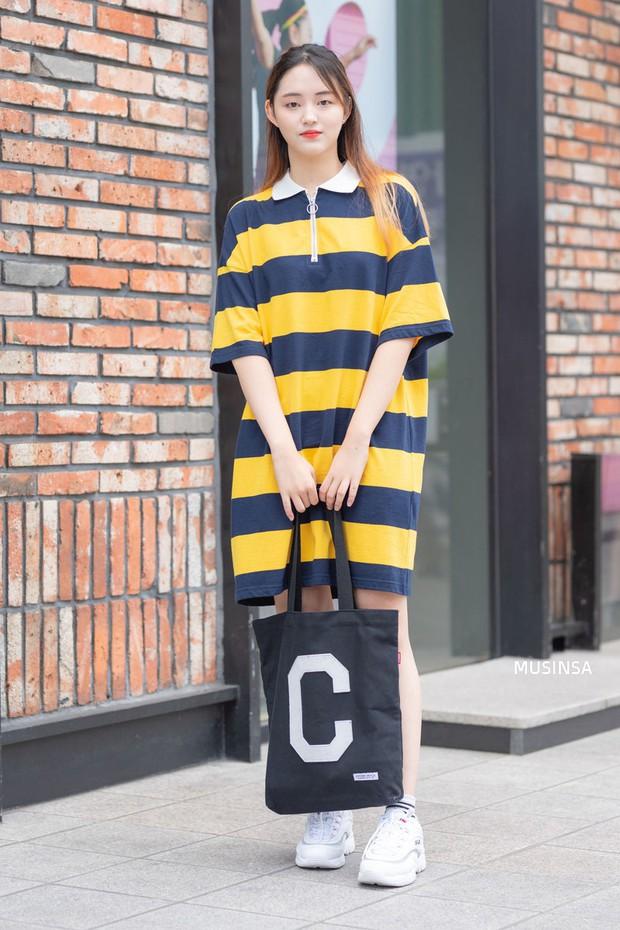 Street style ngập tràn áo phông đẹp hết nấc của giới trẻ Hàn tuần qua chứng minh đây luôn là item số 1 của mùa hè - Ảnh 10.