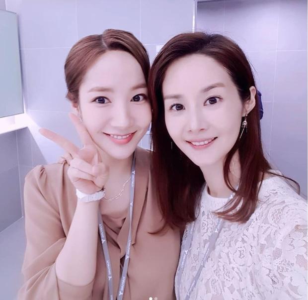 """Bức ảnh tưởng bình thường nhưng gây tranh cãi: Sao nữ U50 bị gọi là cáo"""" vì cố tình dìm Park Min Young? - Ảnh 2."""