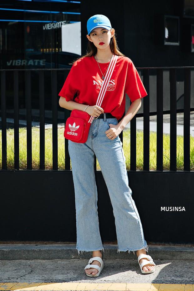 Street style ngập tràn áo phông đẹp hết nấc của giới trẻ Hàn tuần qua chứng minh đây luôn là item số 1 của mùa hè - Ảnh 2.
