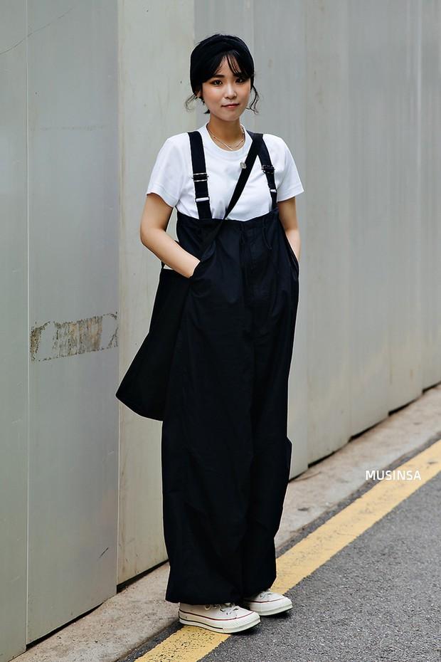 Street style ngập tràn áo phông đẹp hết nấc của giới trẻ Hàn tuần qua chứng minh đây luôn là item số 1 của mùa hè - Ảnh 6.