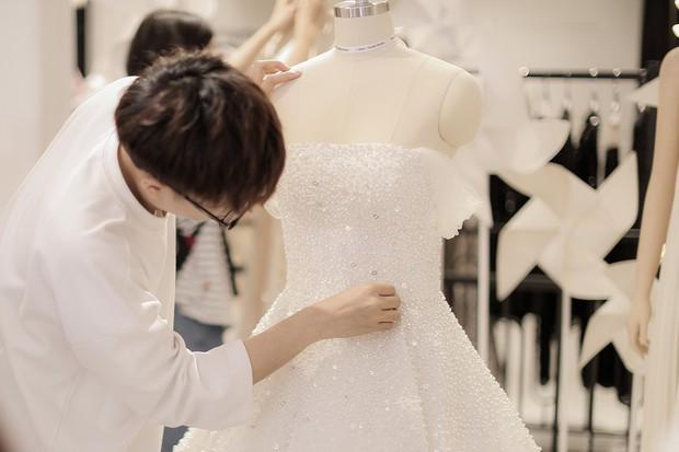 Đây chính là chiếc váy cưới trong mơ mà Á hậu Tú Anh sẽ mặc trong đám cưới tối nay - Ảnh 4.