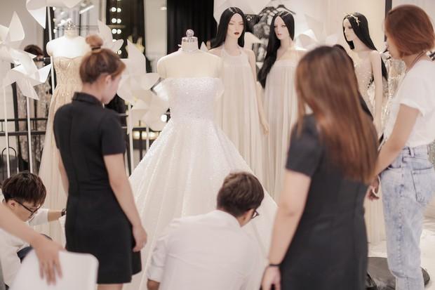 Đây chính là chiếc váy cưới trong mơ mà Á hậu Tú Anh sẽ mặc trong đám cưới tối nay - Ảnh 3.