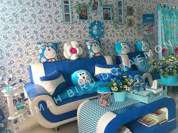 Gia đình kỳ lạ tại Indonesia cuồng Doraemon tới nỗi dán hình Doraemon khắp ngôi nhà - Ảnh 1.