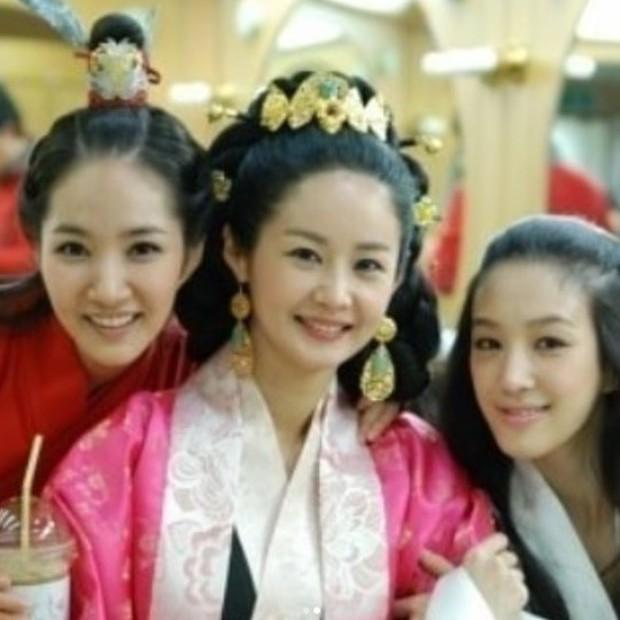 """Bức ảnh tưởng bình thường nhưng gây tranh cãi: Sao nữ U50 bị gọi là cáo"""" vì cố tình dìm Park Min Young? - Ảnh 1."""