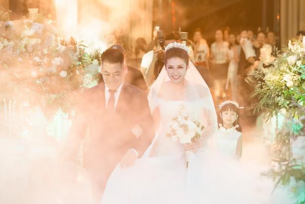 Ảnh đẹp: Á hậu Tú Anh nũng nịu ôm chặt ông xã trong tiệc cưới sang trọng ở Hà Nội - Ảnh 4.