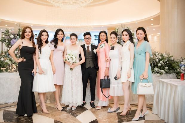 Ảnh đẹp: Á hậu Tú Anh nũng nịu ôm chặt ông xã trong tiệc cưới sang trọng ở Hà Nội - Ảnh 13.