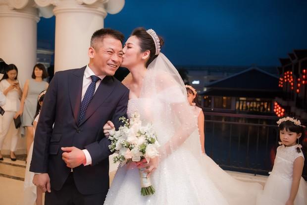 Ảnh đẹp: Á hậu Tú Anh nũng nịu ôm chặt ông xã trong tiệc cưới sang trọng ở Hà Nội - Ảnh 3.