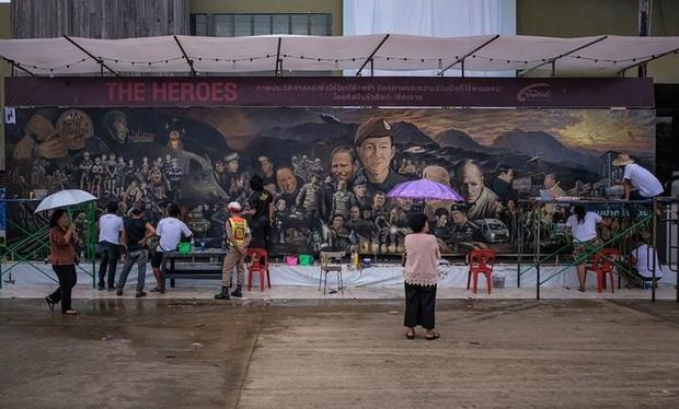 Ảnh: Bức bích họa lớn tôn vinh các anh hùng giải cứu đội bóng Thái Lan - Ảnh 1.