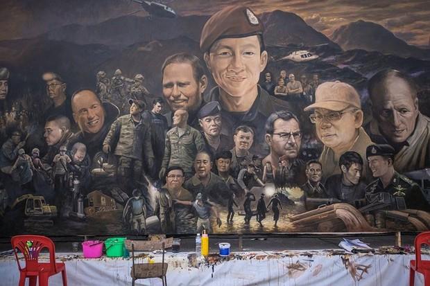 Ảnh: Bức bích họa lớn tôn vinh các anh hùng giải cứu đội bóng Thái Lan - Ảnh 2.