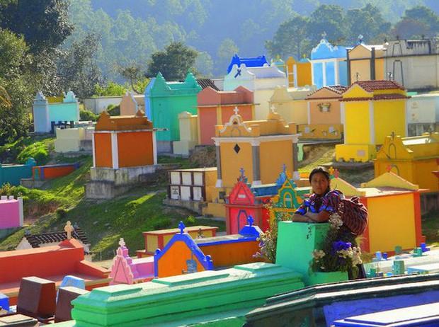 Ở Guatemala có những ngôi mộ được sơn đủ mọi gam màu sặc sỡ để tôn vinh người đã mất - Ảnh 11.