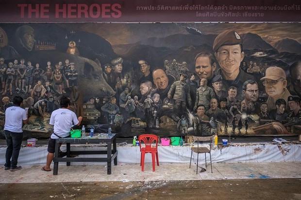 Ảnh: Bức bích họa lớn tôn vinh các anh hùng giải cứu đội bóng Thái Lan - Ảnh 13.