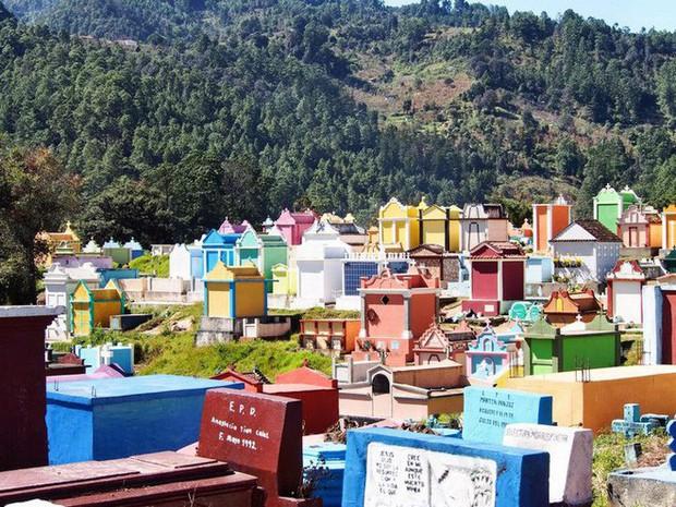 Ở Guatemala có những ngôi mộ được sơn đủ mọi gam màu sặc sỡ để tôn vinh người đã mất - Ảnh 3.