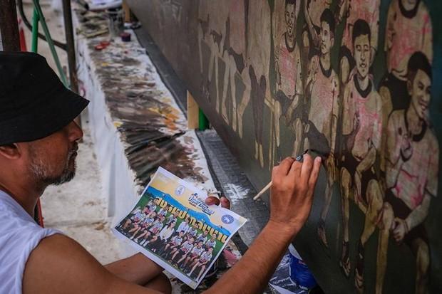 Ảnh: Bức bích họa lớn tôn vinh các anh hùng giải cứu đội bóng Thái Lan - Ảnh 4.