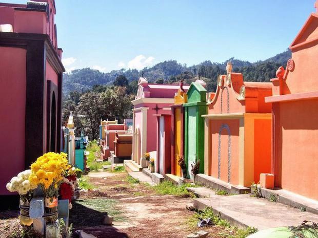 Ở Guatemala có những ngôi mộ được sơn đủ mọi gam màu sặc sỡ để tôn vinh người đã mất - Ảnh 5.