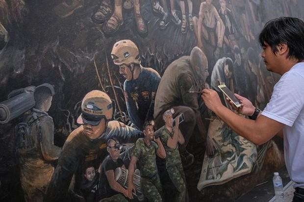 Ảnh: Bức bích họa lớn tôn vinh các anh hùng giải cứu đội bóng Thái Lan - Ảnh 6.