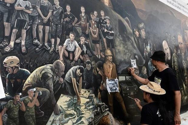 Ảnh: Bức bích họa lớn tôn vinh các anh hùng giải cứu đội bóng Thái Lan - Ảnh 7.