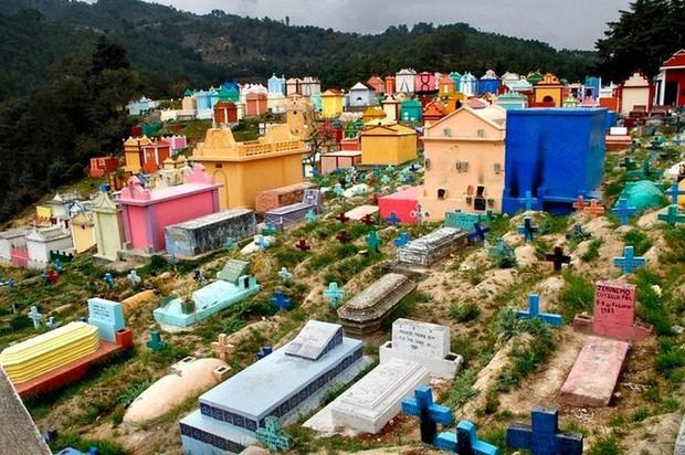 Ở Guatemala có những ngôi mộ được sơn đủ mọi gam màu sặc sỡ để tôn vinh người đã mất - Ảnh 8.