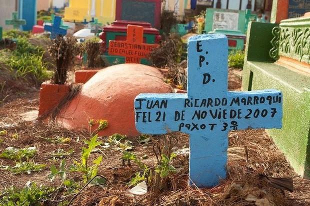 Ở Guatemala có những ngôi mộ được sơn đủ mọi gam màu sặc sỡ để tôn vinh người đã mất - Ảnh 10.