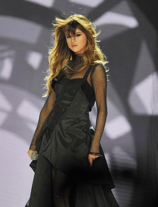 Clip: Vứt thẳng tay tờ giấy Lấy Justin đi ngay trên sân khấu, Selena khi đã lạnh lùng thì ngầu hết sức - Ảnh 5.