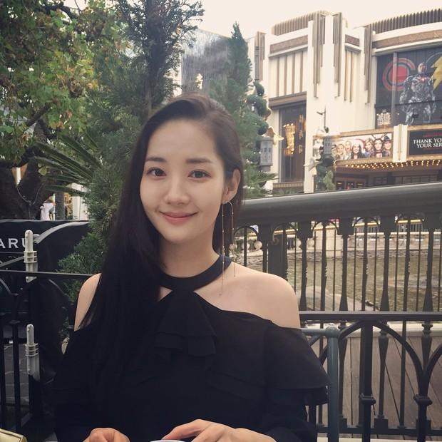 Park Min Young là thư ký sành điệu nhưng style ngoài đời giản dị vô cùng - Ảnh 1.