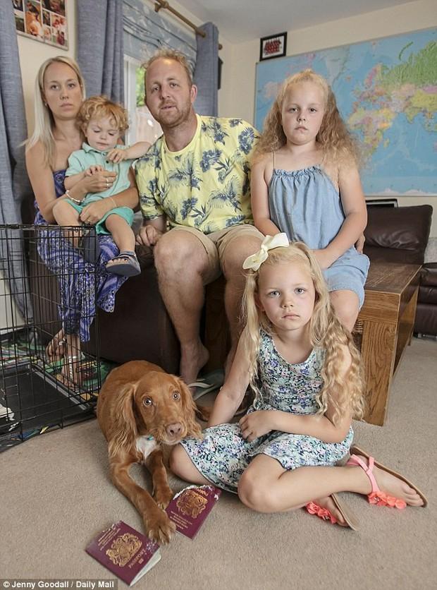 Góc đen đủi: Gia đình 5 người bị chó cưng cắn nát 2 quyển hộ chiếu ngay trước ngày đi nghỉ dưỡng xa xỉ - Ảnh 1.