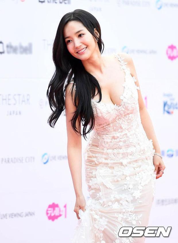 Park Min Young là thư ký sành điệu nhưng style ngoài đời giản dị vô cùng - Ảnh 18.