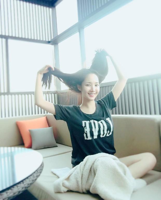 Park Min Young là thư ký sành điệu nhưng style ngoài đời giản dị vô cùng - Ảnh 4.