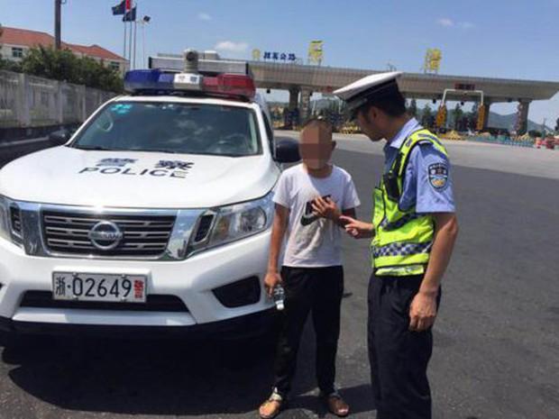 Trung Quốc: Bà mẹ xăm số điện thoại lên tay con trai phòng khi đi lạc, thậm chí còn gạch đi xăm số mới khi đổi sim - Ảnh 1.