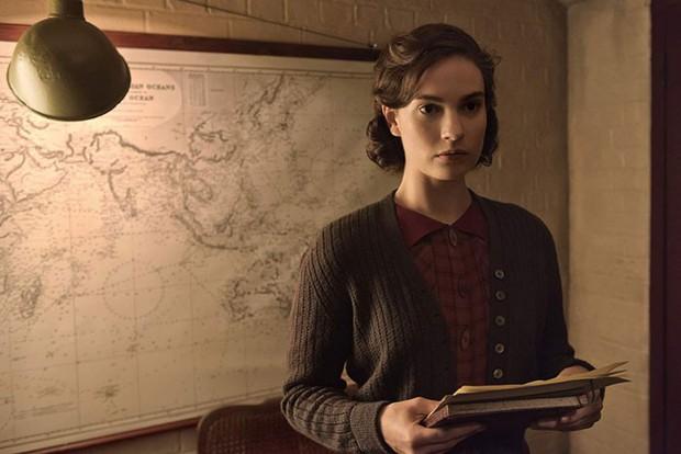 """7 vai diễn chứng tỏ khả năng biến hóa khôn lường của nàng """"Lọ Lem"""" Lily James - Ảnh 13."""