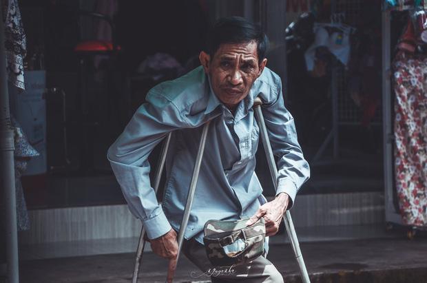 Tác giả bộ ảnh về bà cụ mù một mắt, lang thang ăn xin khắp chợ Lagi: Mấy hoàn cảnh trước đã có người giúp đỡ, còn cụ Sáu thì chưa - Ảnh 4.