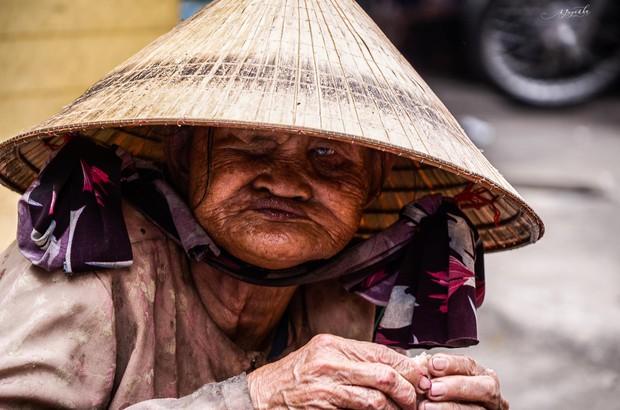 Tác giả bộ ảnh về bà cụ mù một mắt, lang thang ăn xin khắp chợ Lagi: Mấy hoàn cảnh trước đã có người giúp đỡ, còn cụ Sáu thì chưa - Ảnh 1.